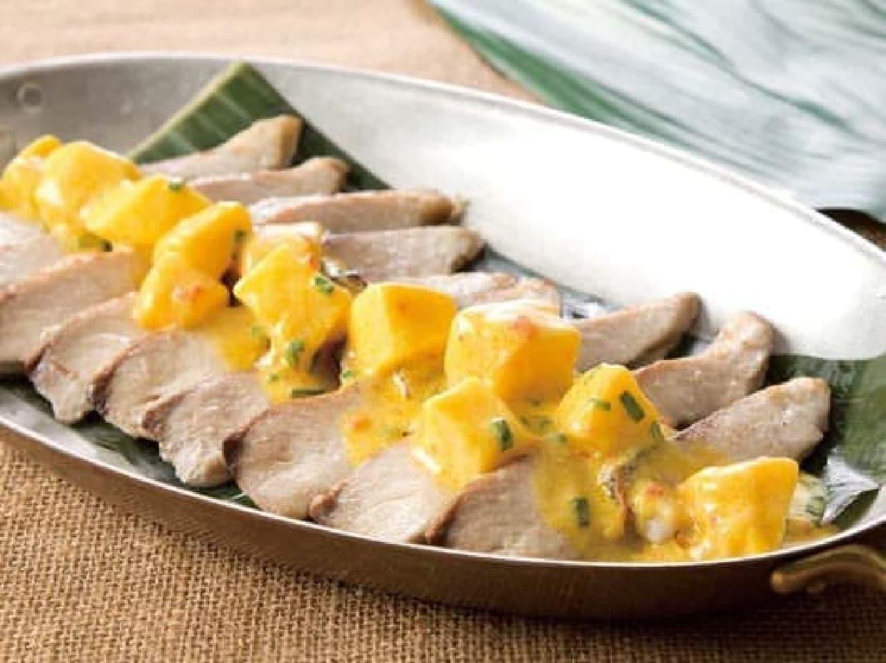 ハワイ料理「マヒマヒのバナナリーフ蒸し マンゴーソース」