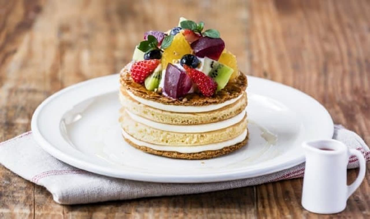 旬のフルーツがたっぷり!ミルフィーユみたいなパンケーキ