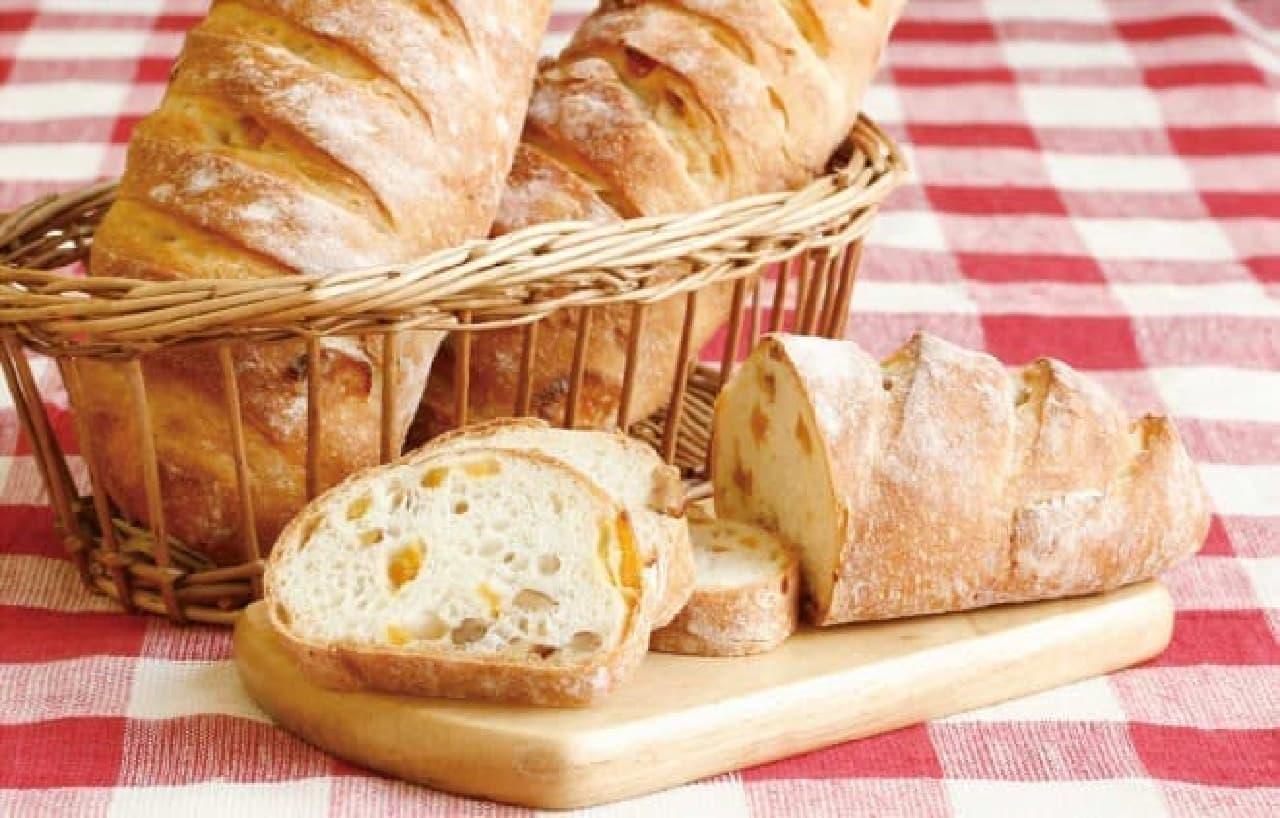 """""""マルシェ""""をイメージしたパンが勢ぞろい!  (写真は「アプリコットとくるみのお食事パン」)"""