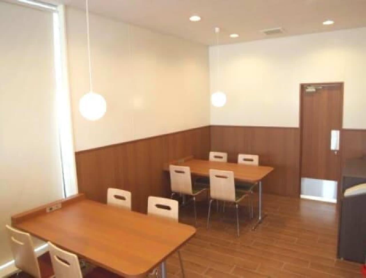 カフェのようなテーブル席のある店舗も
