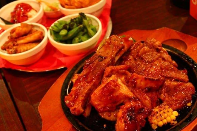 BBQセットはサラダやシェイブ アイスの食べ放題付き!(画像は3人前)