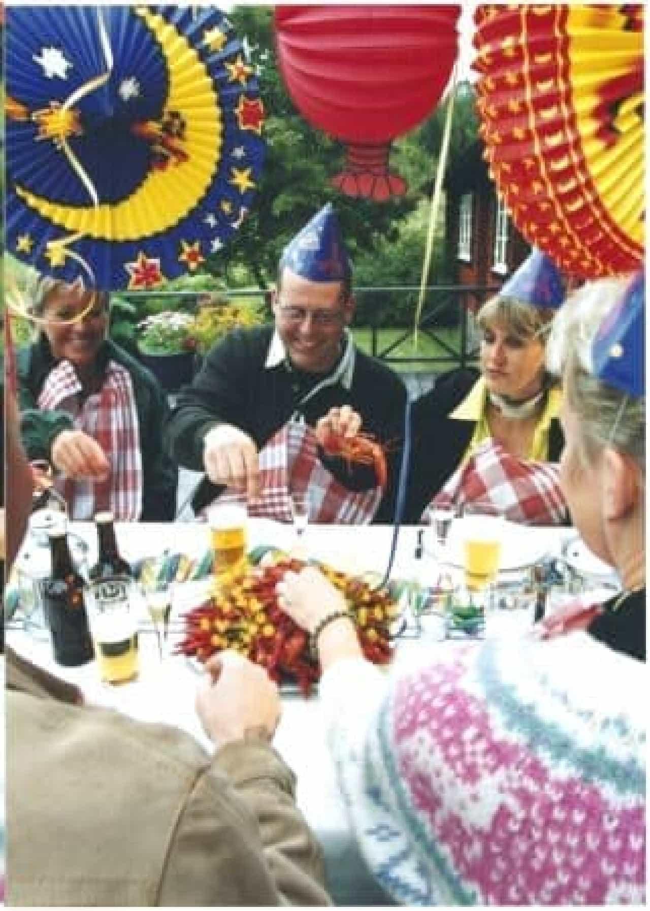 ザリガニパーティを楽しむ人々