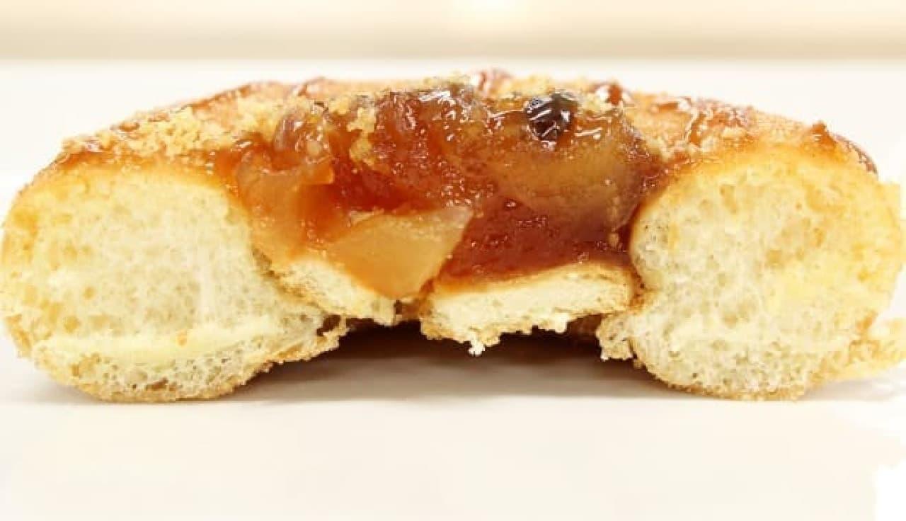 穴をクッキーでふさいで、角切りアップルをのせてある