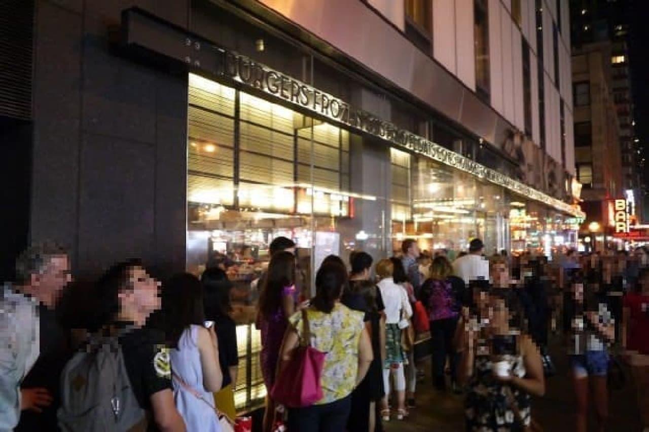 ミュージカル終わり、23時頃にTheater Districtにて。  大勢の人があくびを噛み殺しながら並んでいました