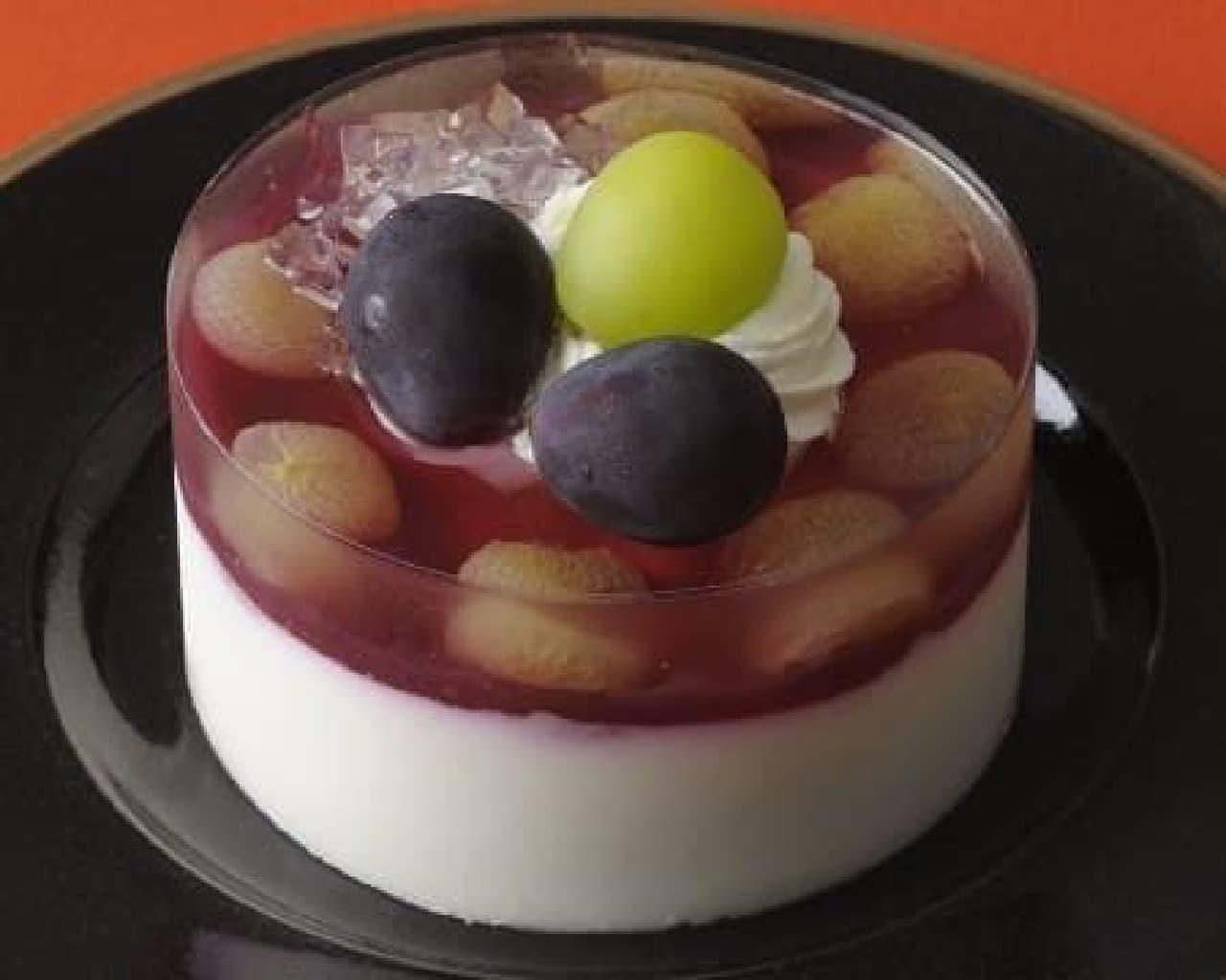 写真は「巨峰とマスカットのケーキ 贅沢仕立て(3.5号)」