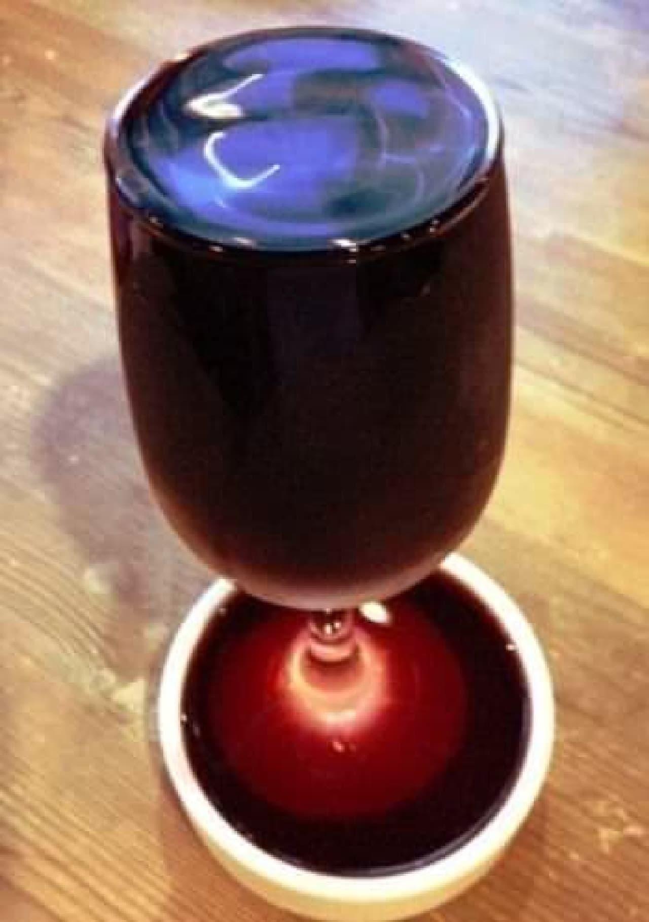 グラスからあふれんばかりの「えこひいきワイン」