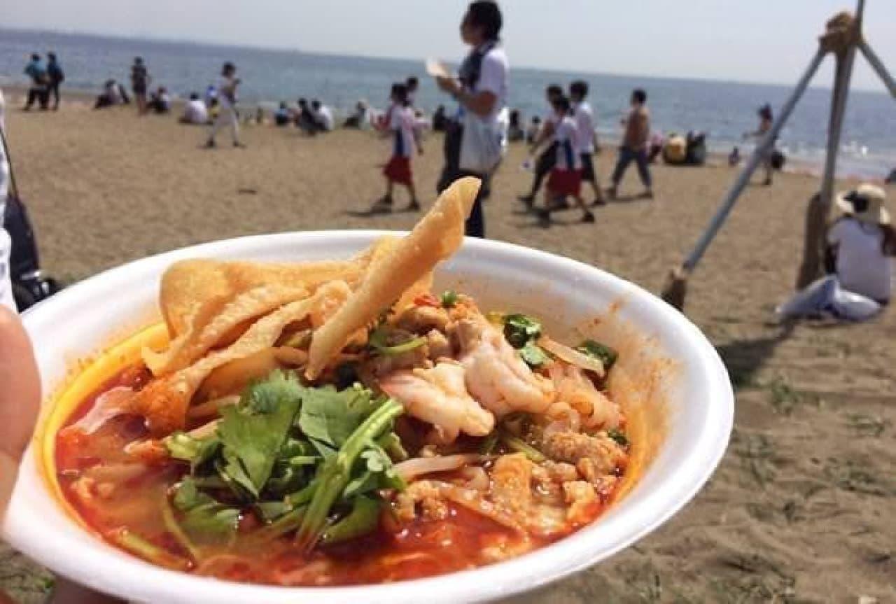 ビーチでいただくエスニック料理、最高!
