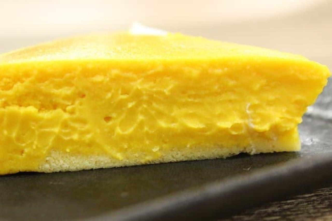 ケーキ下部にはスポンジらしき部分が  (分かりやすいようお皿に移し替えました)