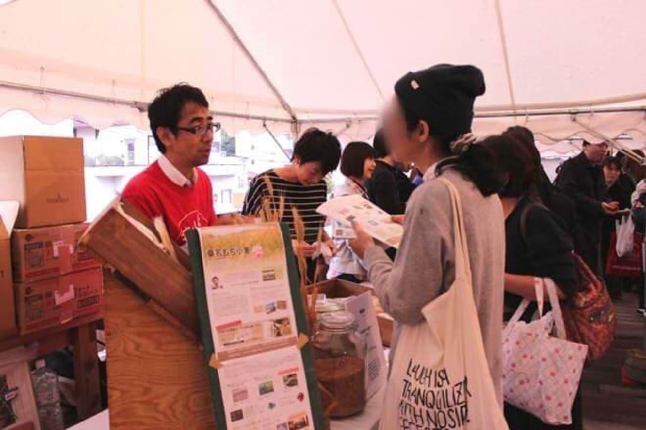 小麦生産者やパン職人に質問する参加者