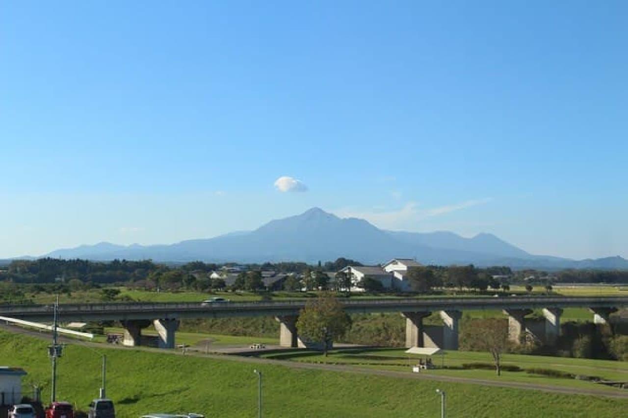 本社からは霧島連山が望める。  取材日は見事な快晴で、非常に美しかった