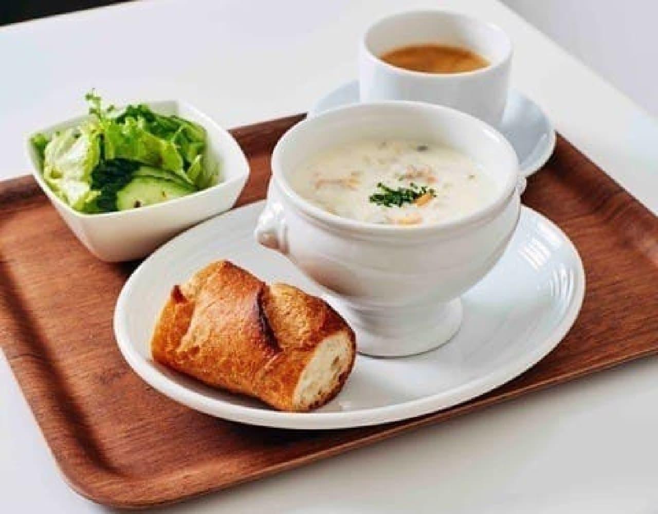 朝食メニュー「スープとミニサラダ、パンのセット」