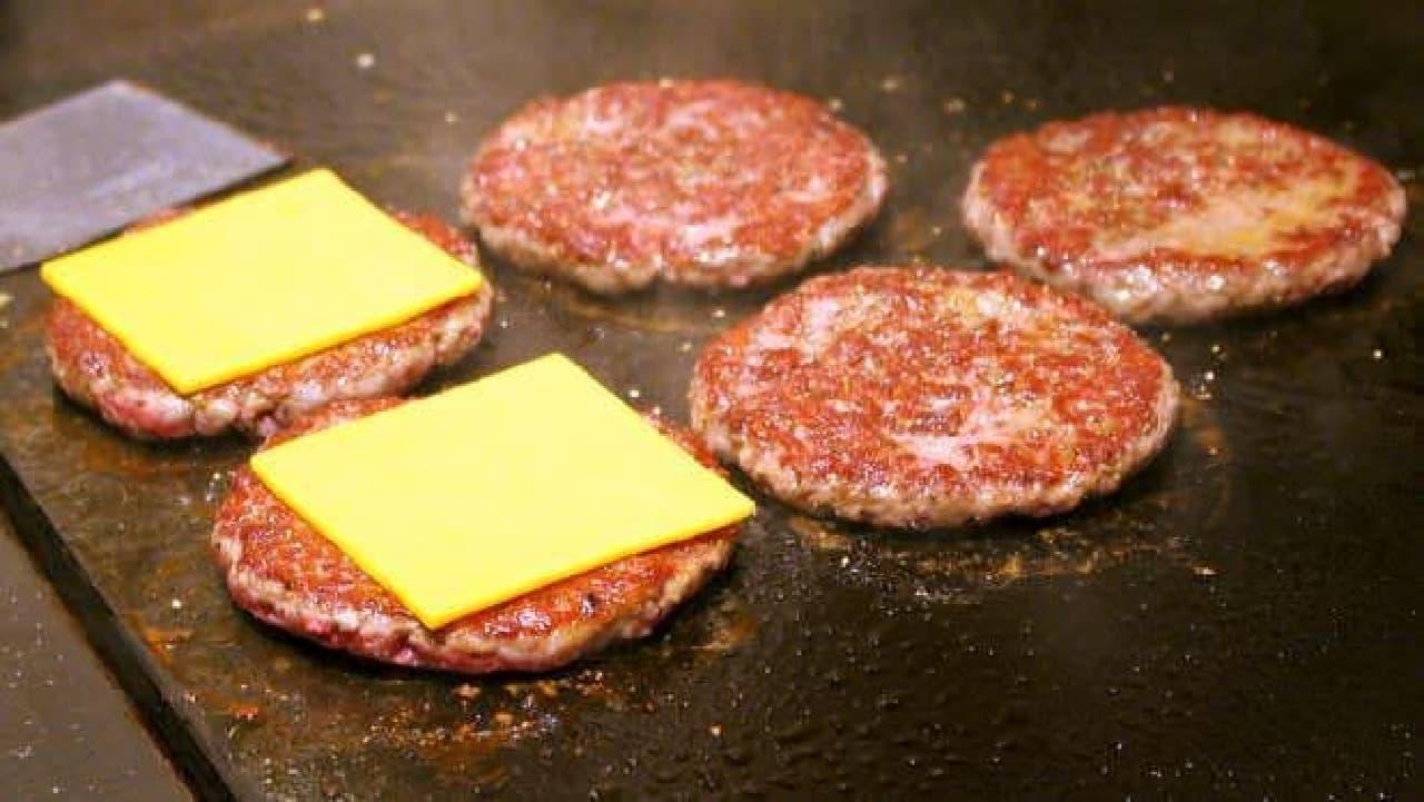 一方、鉄板の上からはお肉が焼けるいい匂いが…