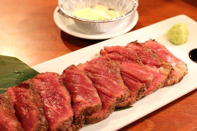 焼きあがった塊肉は、店員さんにカットしてもらいます