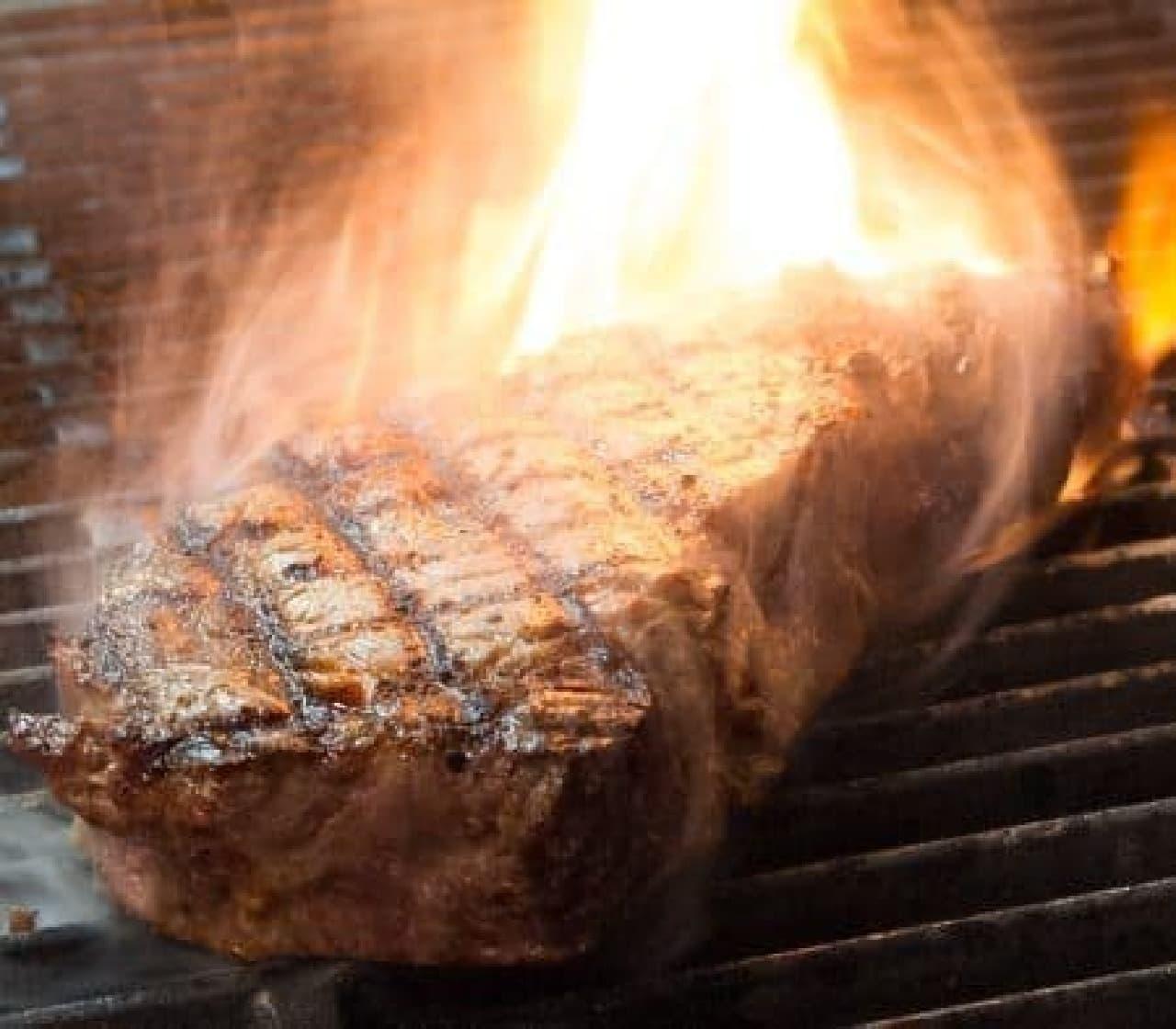 塊肉のまま豪快に焼き上げる