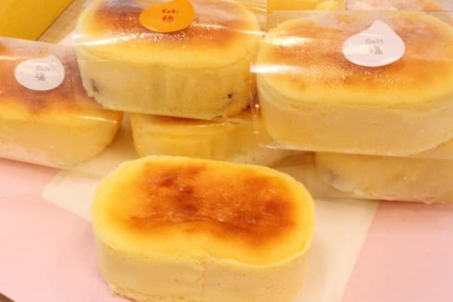 夏の覇者・御菓子所まつ月の新作「深山 半熟ちーず」  ふわっととろけるチーズに、濃厚な柿の層が最高にマッチ