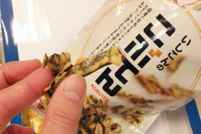 昆布を天ぷらスナックにした味の司 石昆の「こぶてん」  スイーツかは疑問ですが、箱買いしたいくらいクセになる!