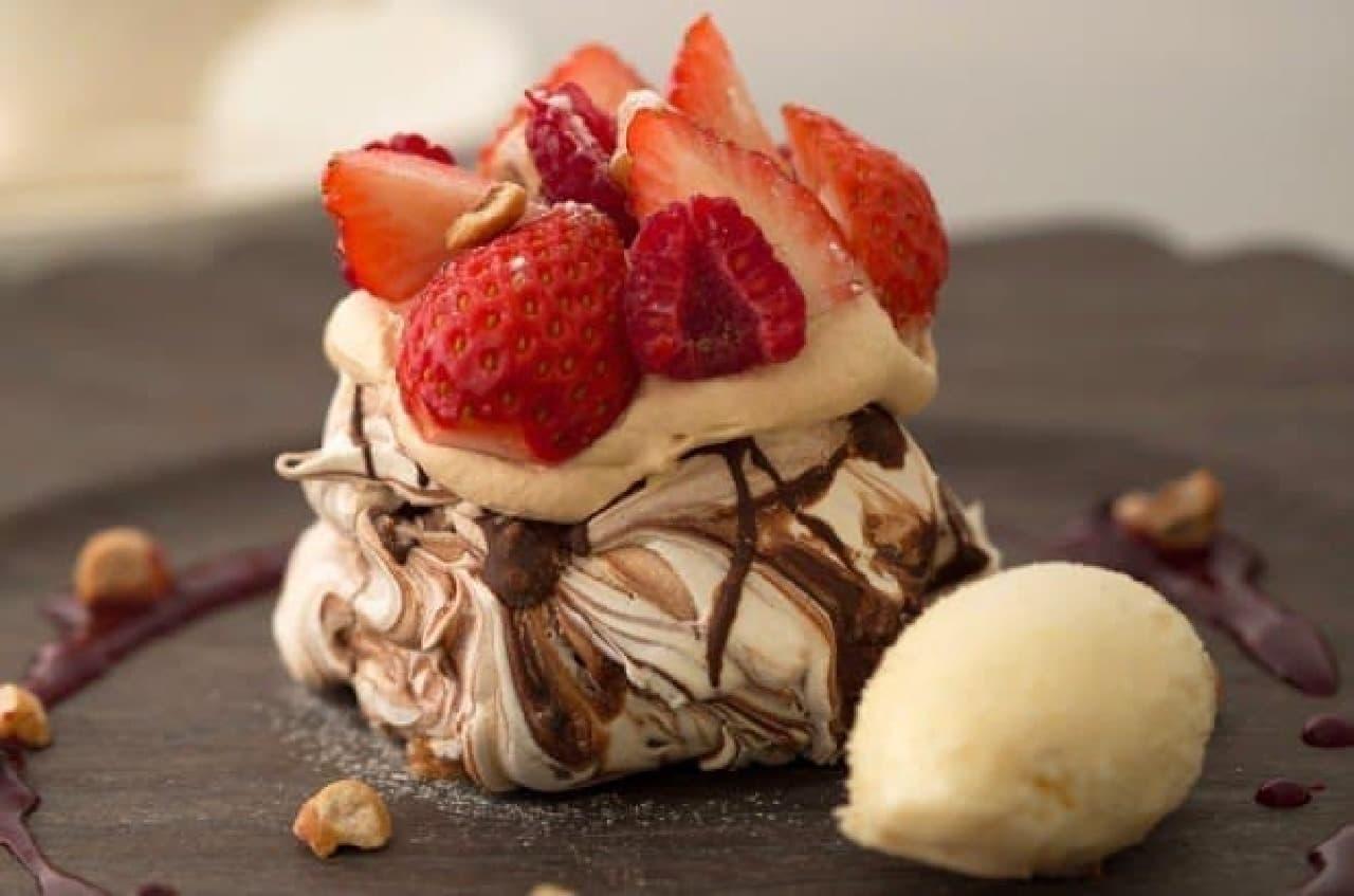 メレンゲ菓子にキャラメルクリームとイチゴをオン!