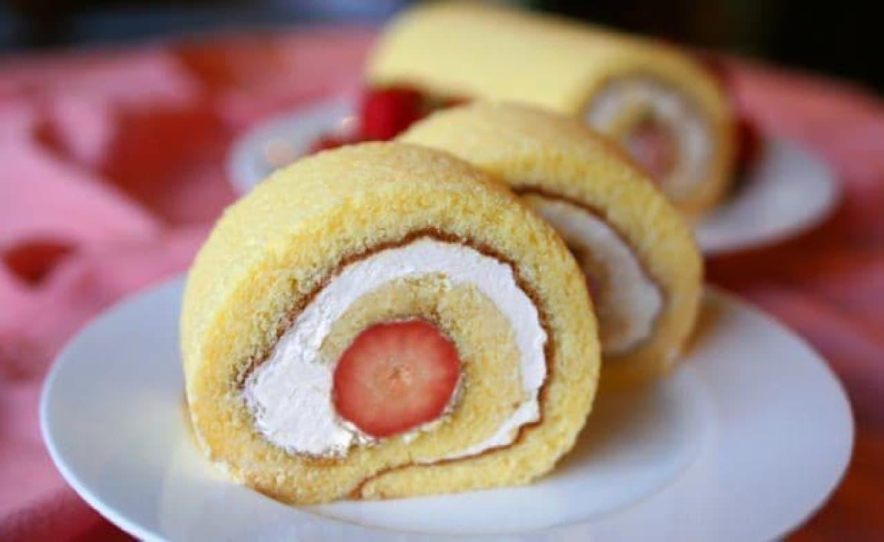 ふわふわのスポンジで「あまおう」イチゴと北海道生クリームをロール