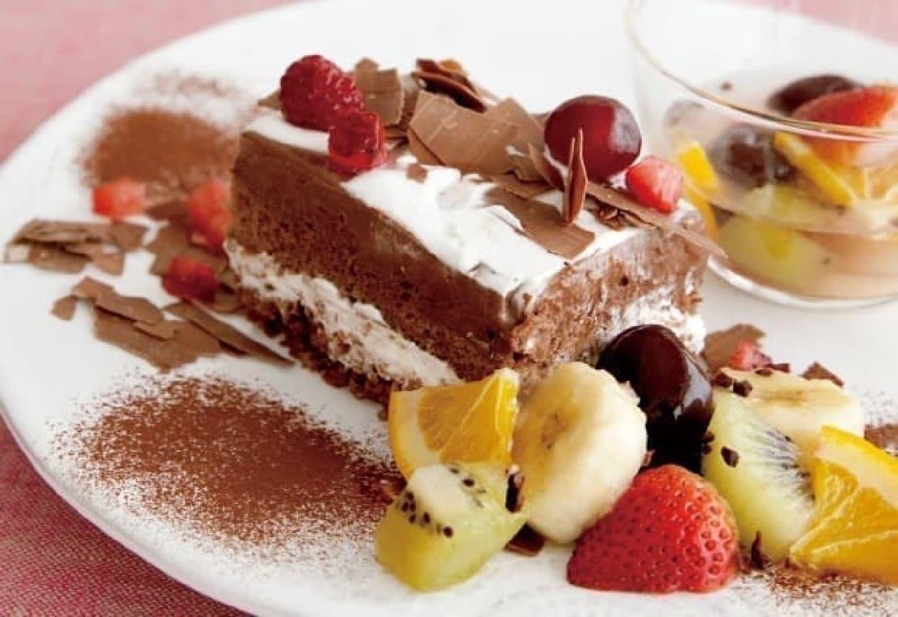 温かいフルーツシロップと、冷たいチョコケーキのハーモニー