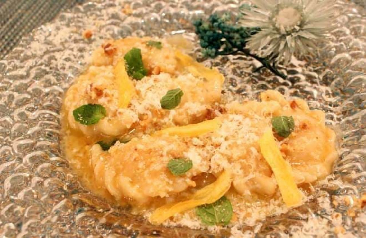 珍しいシナモンバターのパスタ  本場イタリアでは、お皿にお花を飾るのが最近のトレンドだそう