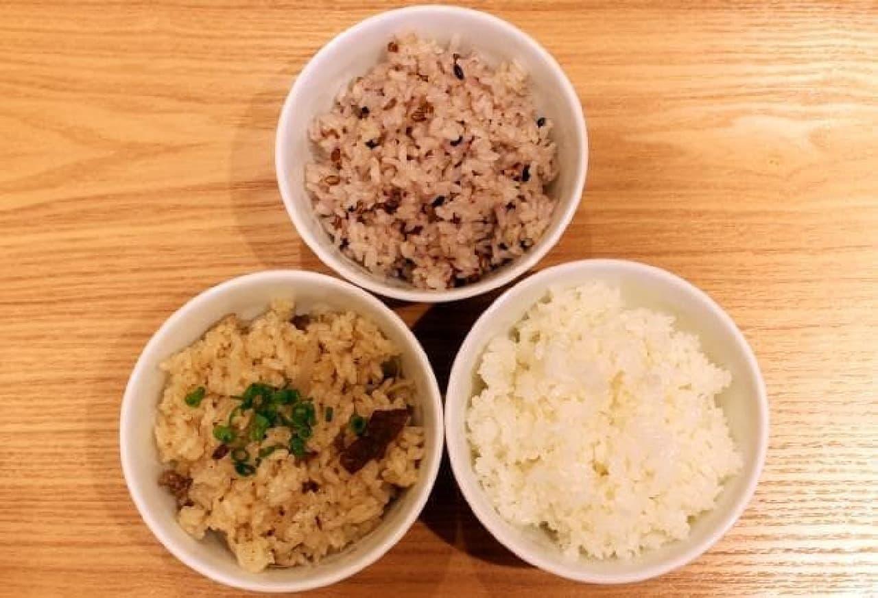 写真上:雑穀ごはん 左:季節の炊き込みごはん