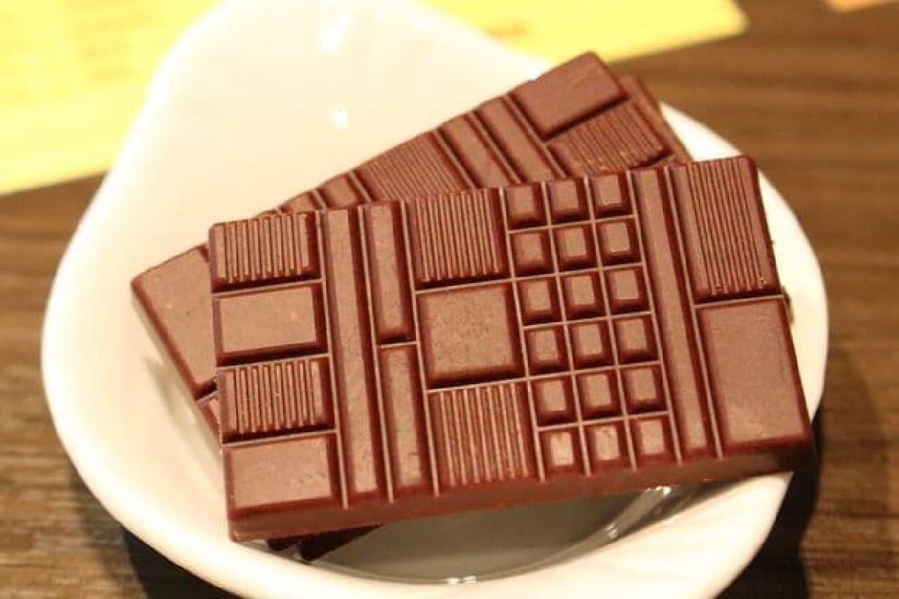 ブロックによって大きさが異なるMinimalのチョコレート。  食感の違いを楽しめるようにという工夫だそうです