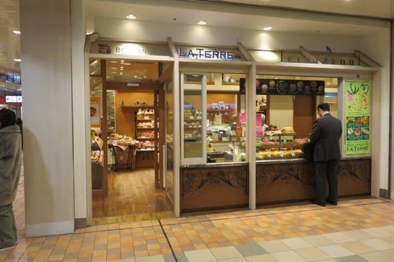 店頭右手の窓口でドーナツも販売