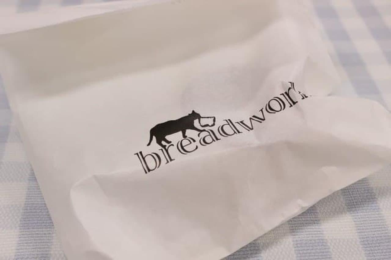 パンを入れる紙袋。ネコもパンをくわえる