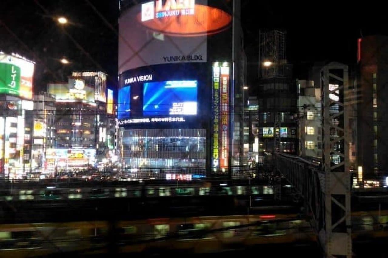 窓際のカウンター席からは新宿の街を眺められます  話のネタに困っても、ビッグビジョンのニュースが話題を提供してくれます