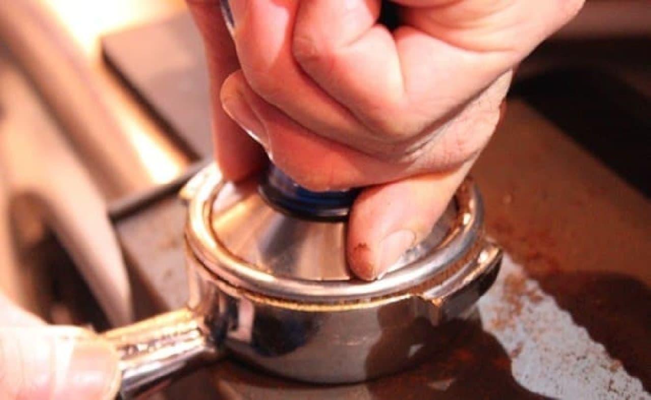 コーヒー豆をタンピング
