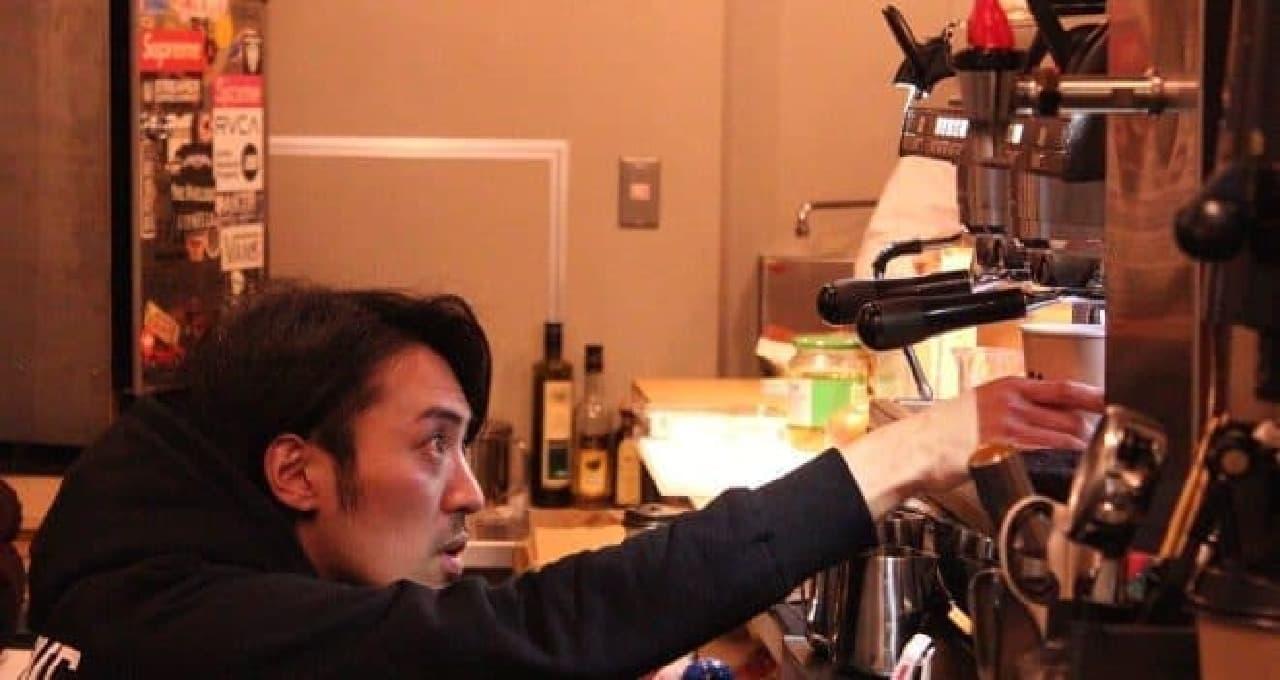 真剣な表情でコーヒーを淹れる鈴木さん