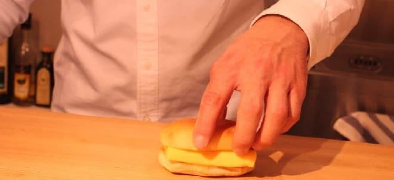 玉子焼きをパンで挟めば完成