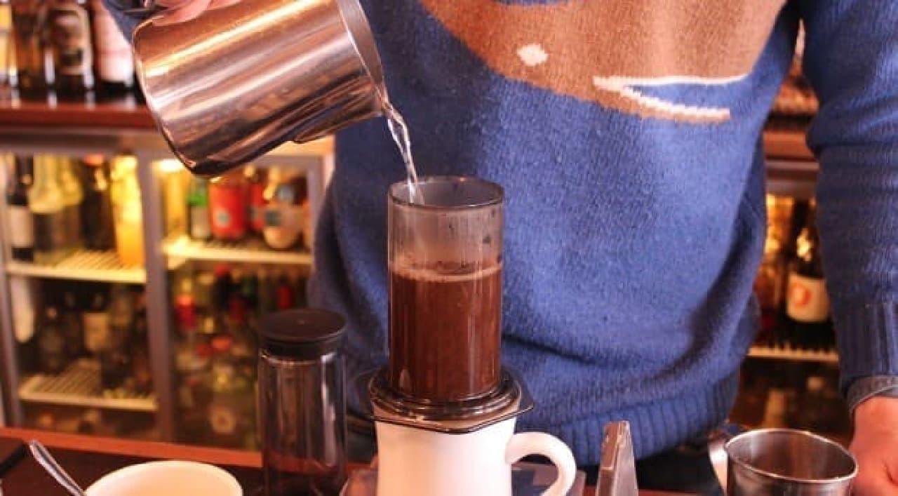 挽いたコーヒー豆にお湯を入れて蒸らし、