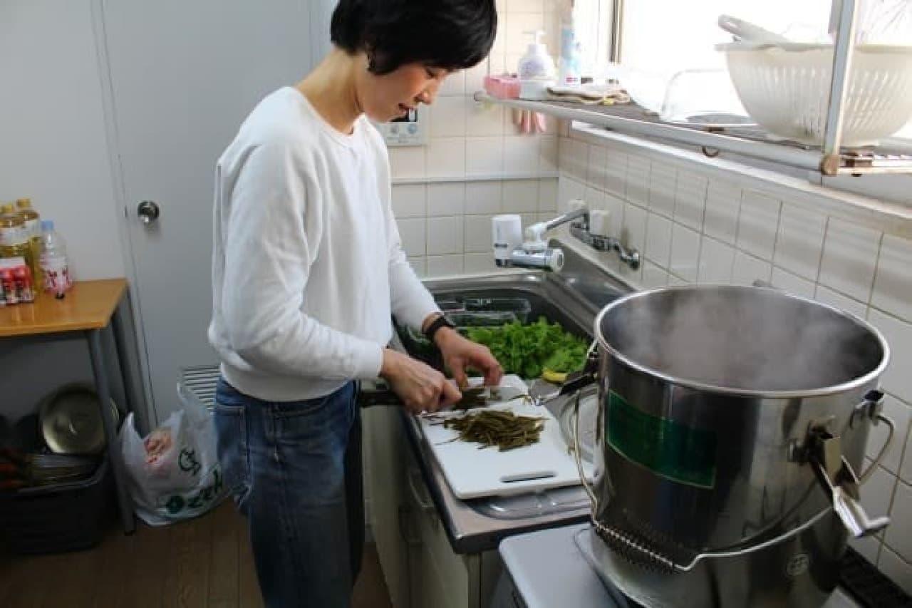 鮮やかな手つきで料理を仕上げていくみやもとさん