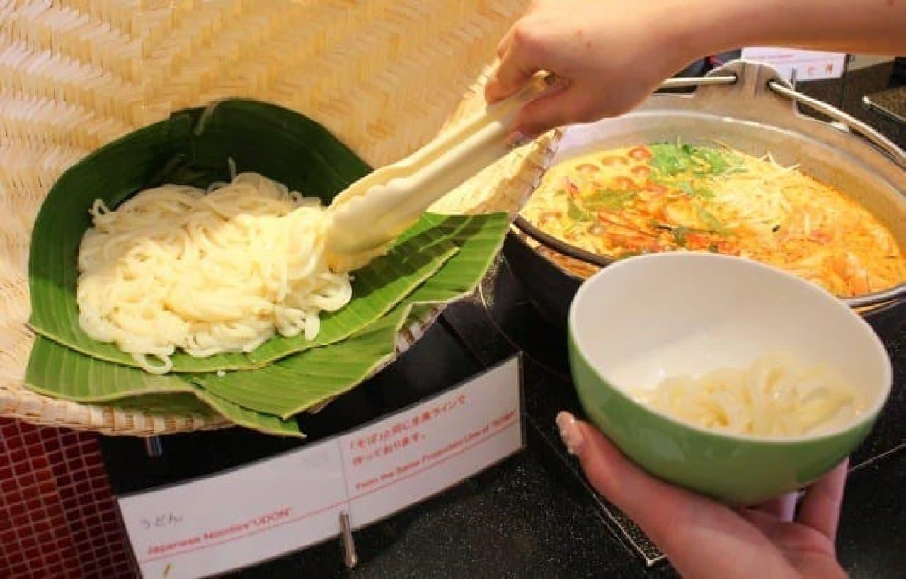 うどんを盛って、その上からトムヤムスープを流しかけるといいかも