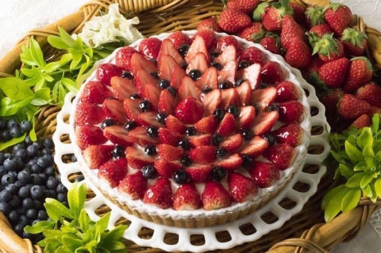 「桃のババロアとイチゴのタルト」
