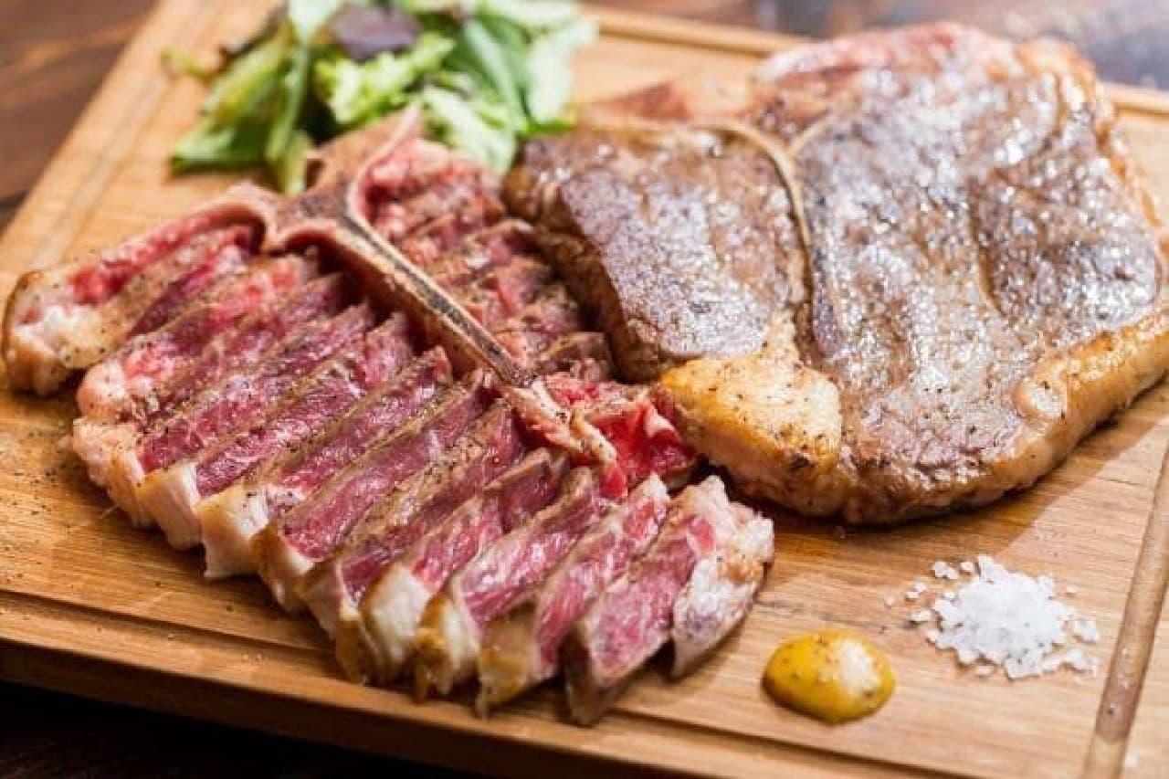 写真は牛と豚のTボーンステーキ