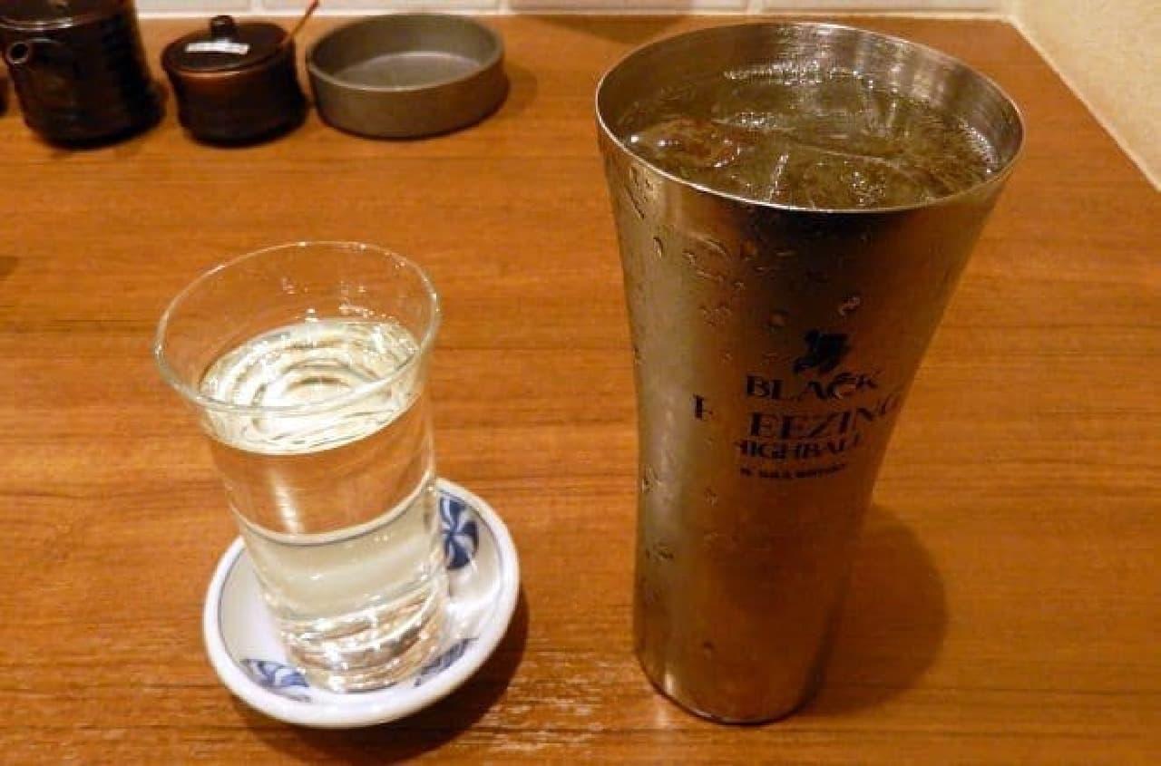 日本酒(左)とハイボール(右)