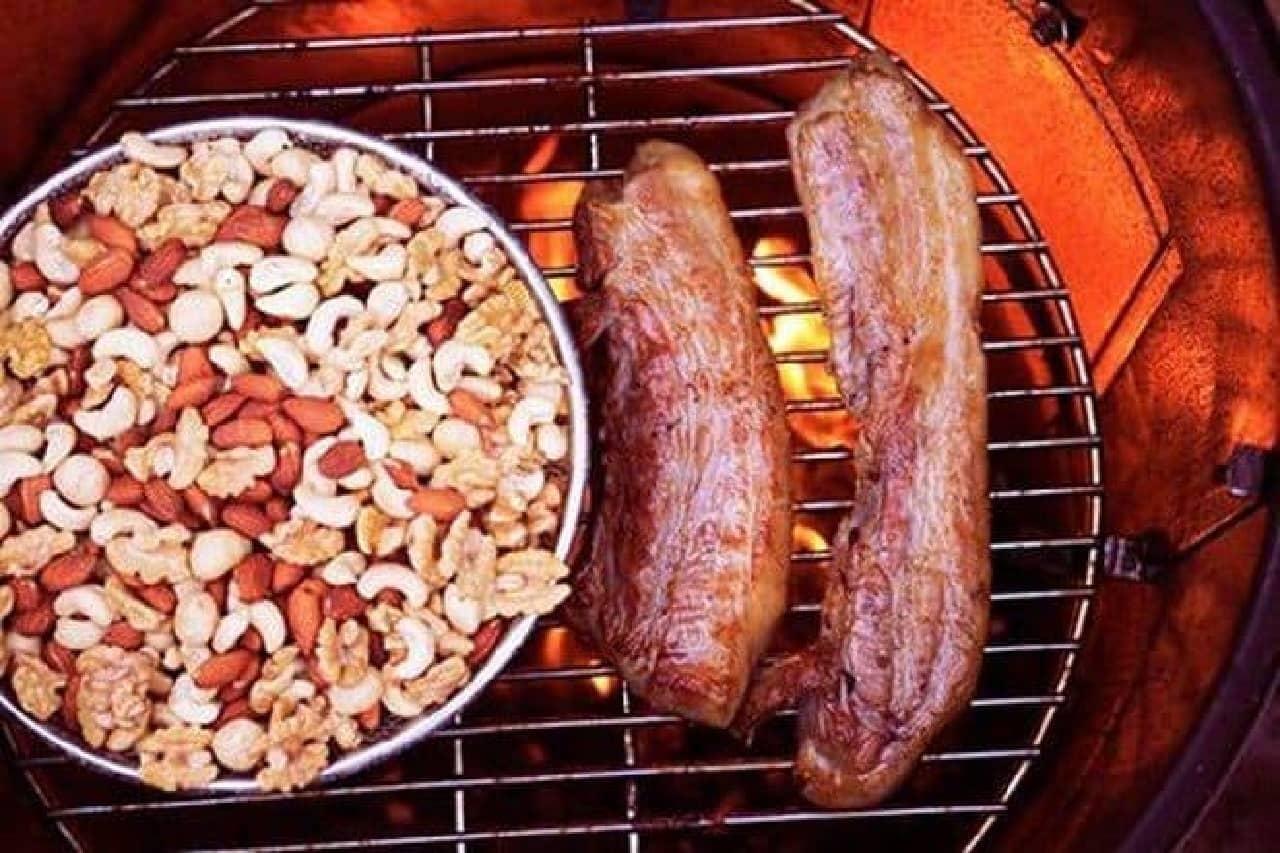 ベーコンを作る工程の中でナッツを一緒にスモークしています  (画像は「Groovy Nuts」のWebサイトから)