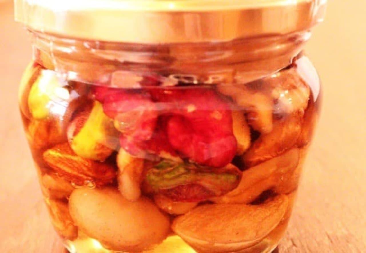 彩り鮮やかな「Groovy Nuts」のナッツの蜂蜜漬け
