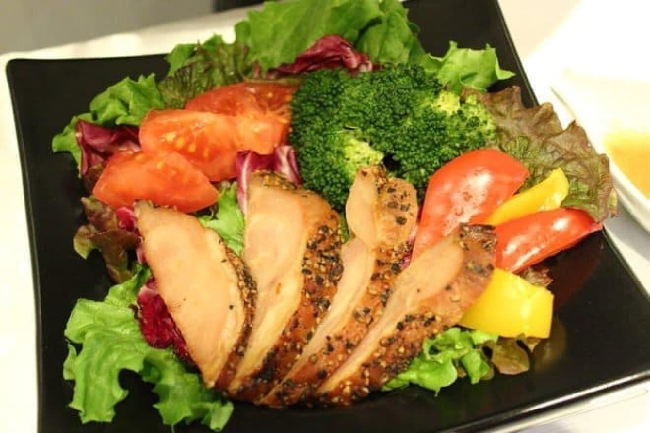 ▲サラダとチキンでヘルシーランチ  (写真はディナーの「きまぐれサラダ」)
