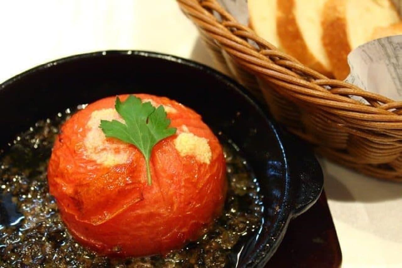 ▲「まるごとトマトのタプナードソース(バゲットつき)」(750円)  ソースをバゲットにたっぷりのせて