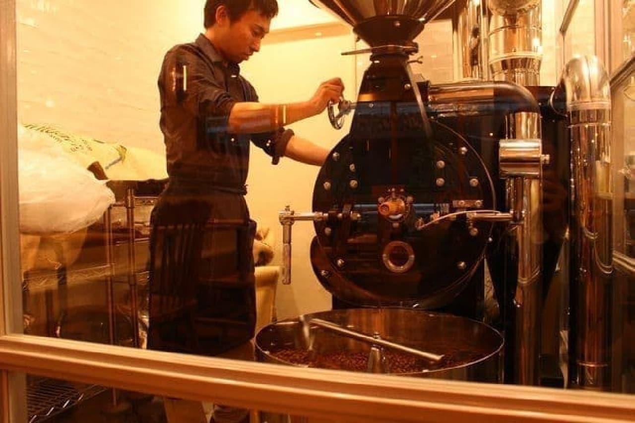 コーヒー豆が焙煎されるところが眺められます