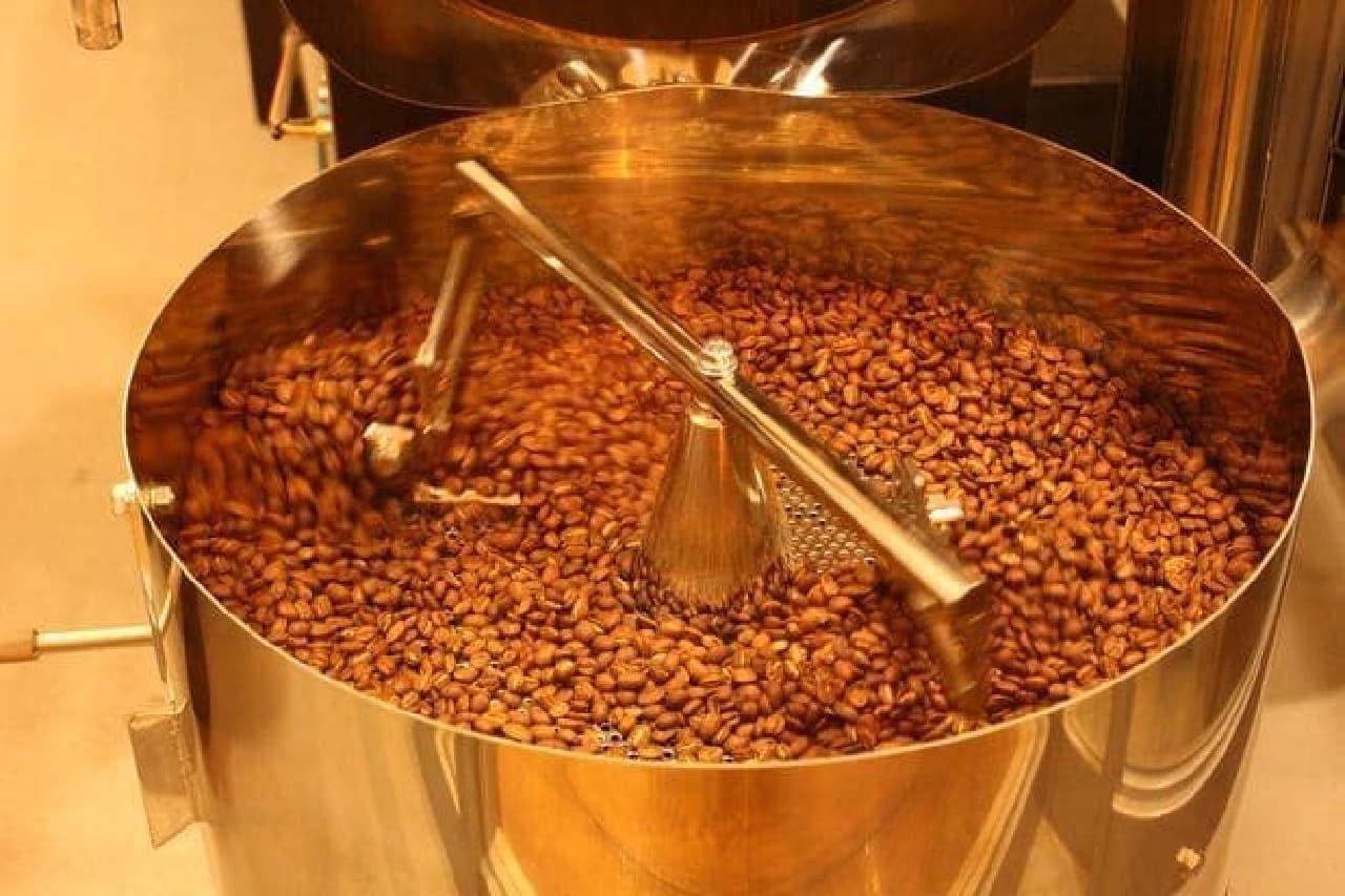 焙煎中  豆の種類だけでなく、その日の天候によっても焙煎具合を変えるそう