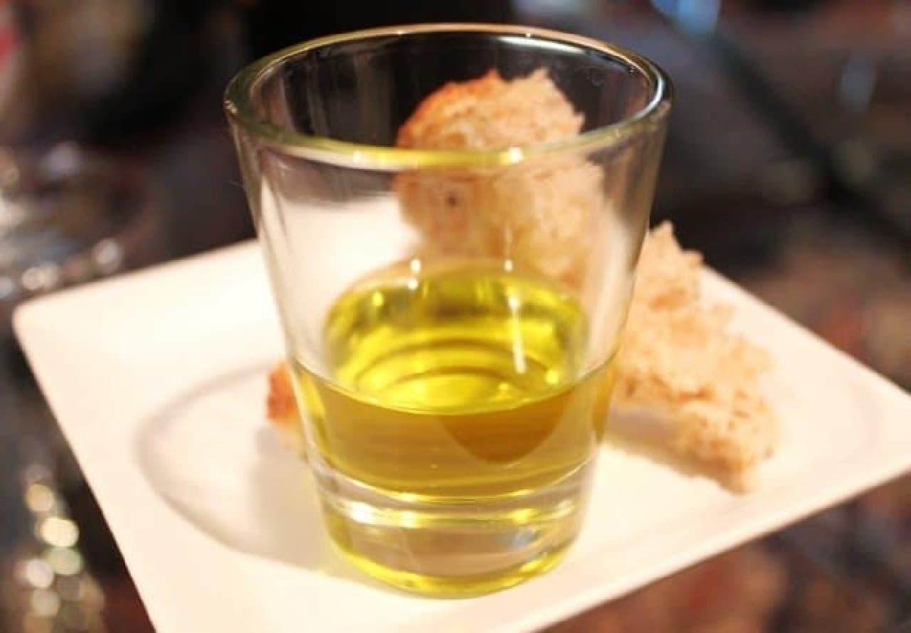 黄金色に輝く100%オリーブのジュース