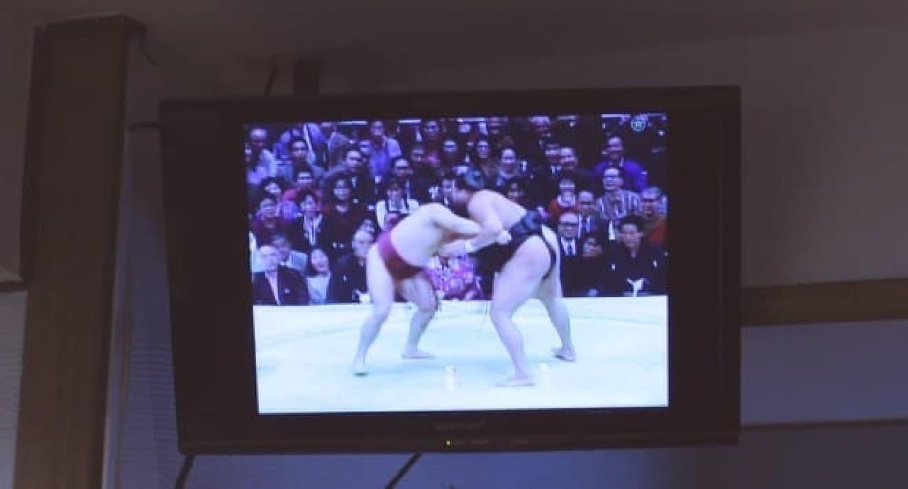モニターには相撲の映像が流れています