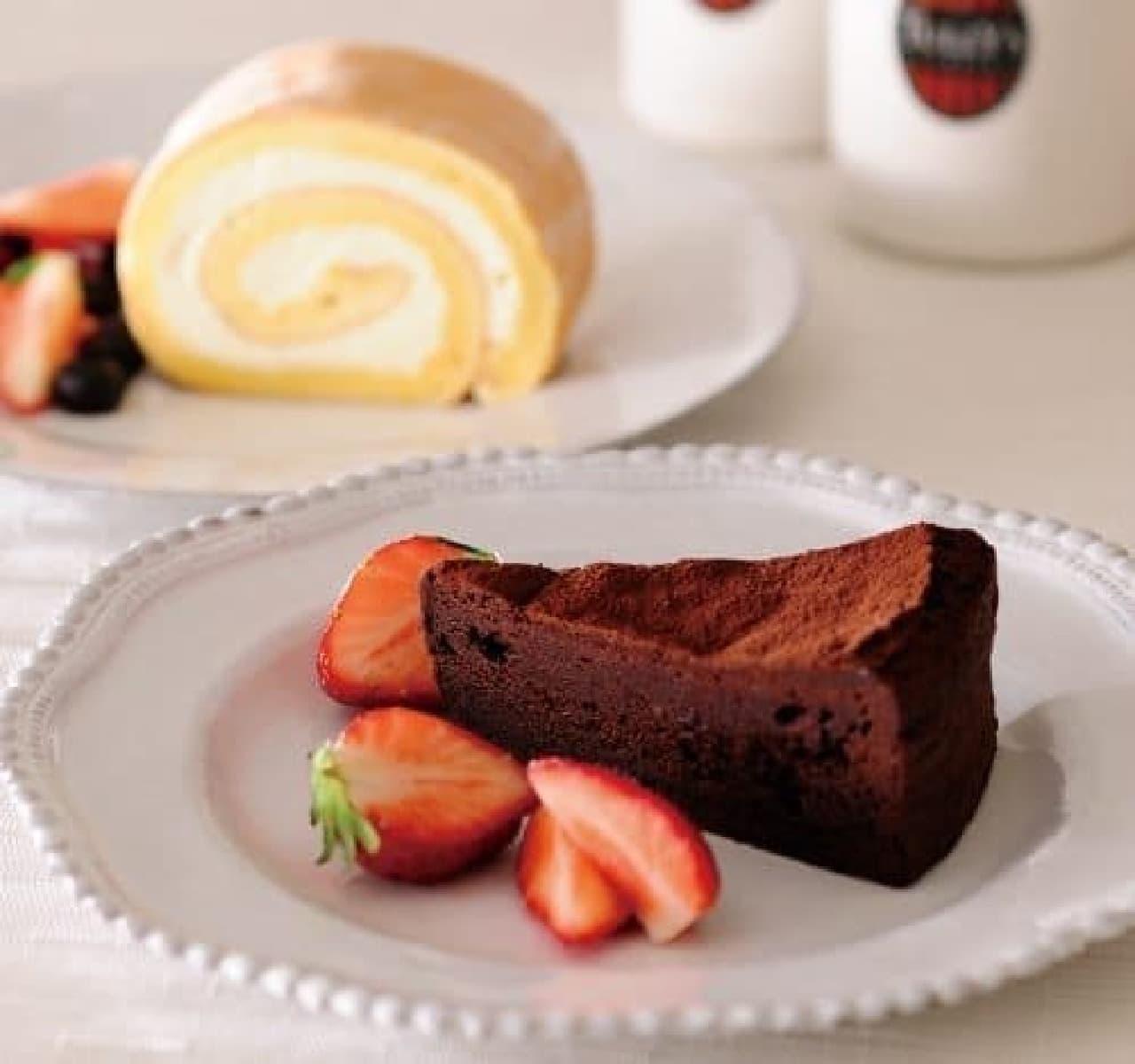 左奥:ロールケーキ、右手前:ガトーショコラ