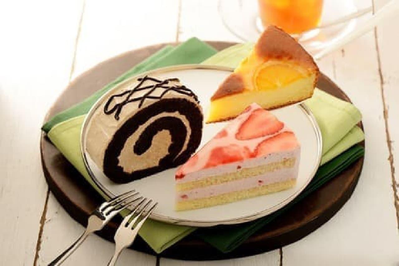 カフェ・ド・クリエに新作ケーキ2品!  右上:オレンジケーキ  右下:苺とヨーグルトのムースケーキ  左:モカロール(販売中)