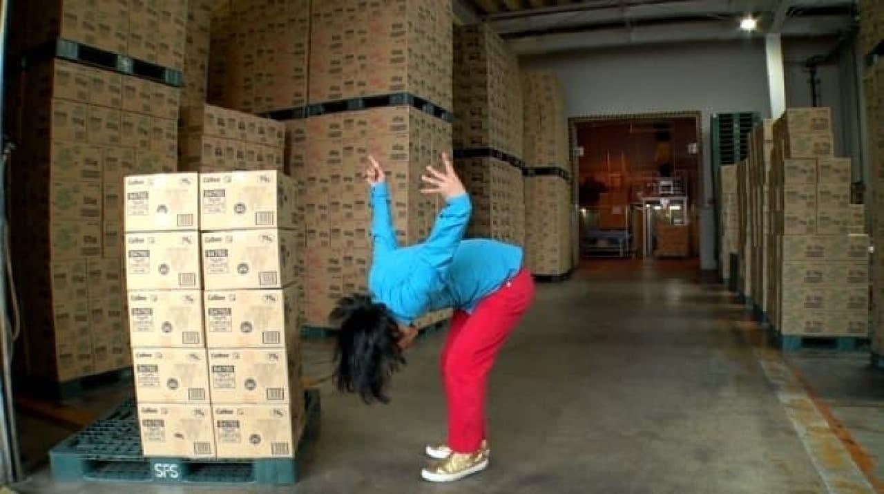 カルビーの工場で笑いを注入する永野
