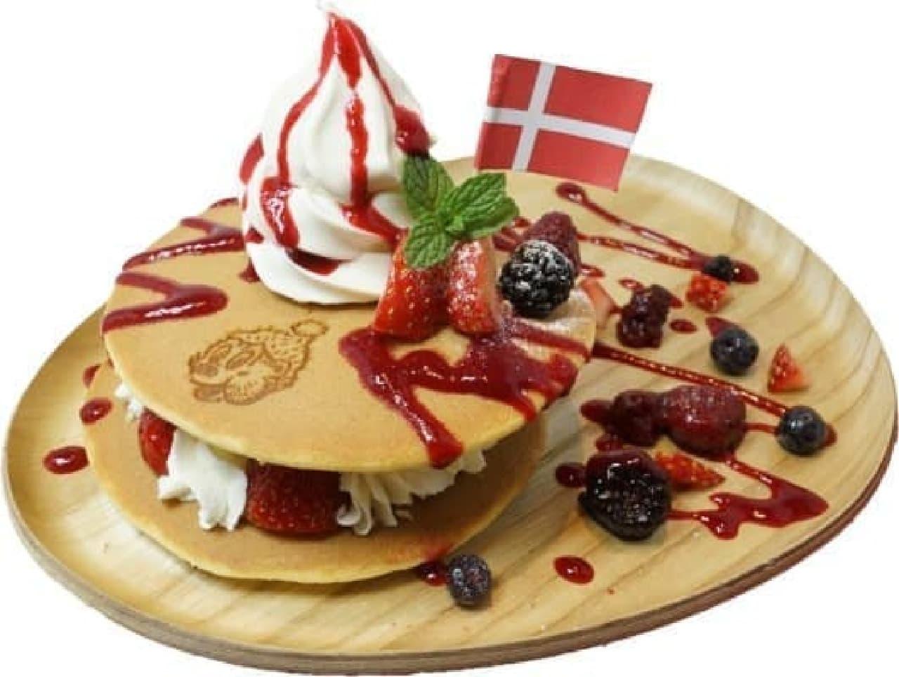「ラスムス クルンプ カフェ」柏にオープン!  画像メニューは「ミックス ベリー アンド ソフトクリーム パンケーキ」